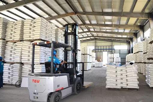 象邦硅藻泥原材料储备区仓储工作有序进行