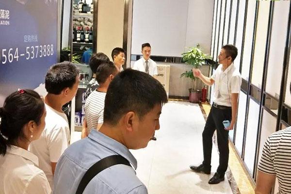 意向加盟商参观象邦硅藻泥浙东城市展厅