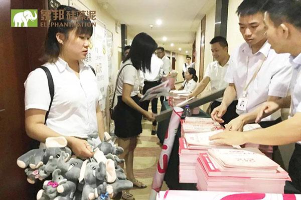 各地加盟商领取717爱妻日活动物料