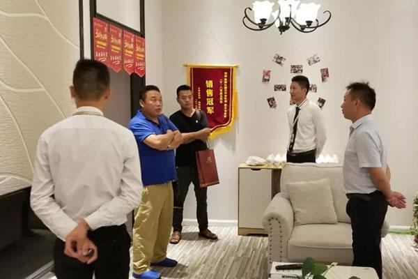 8月31日来自山东菏泽的意向代理商专程到象邦硅藻泥华东运营中心考察,参观金安代理商店面